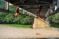 jovenes y puente